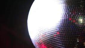 Palla bella di filatura della discoteca di notte che splende e che infiamma nel club d'annata o moderno sul fondo nero stock footage