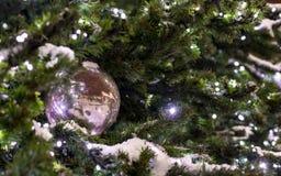Palla bianca - decorazione dell'albero di Natale con la ghirlanda Fotografia Stock