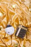 Palla in bianco e nero alla moda di Natale con le stelle ed il contenitore di regalo sul tessuto dorato del raso fotografia stock libera da diritti