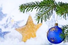 Palla blu di Natale con il ramoscello di Natale immagini stock