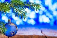 Palla blu di Natale con il ramoscello di Natale fotografia stock