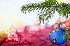 Palla blu di Natale con il ramoscello di Natale immagini stock libere da diritti