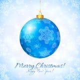 Palla brillante blu di Natale con i fiocchi di neve Fotografia Stock