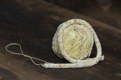 Palla con lana per lavorar all'uncinettoe Fotografia Stock Libera da Diritti