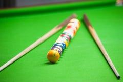 Palla da biliardo e stecca sulla tavola verde Fotografie Stock