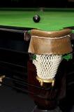 Palla da biliardo nera davanti alla tasca d'angolo sulla tavola verde della tela Fotografia Stock Libera da Diritti