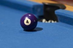 Palla da biliardo porpora in un biliardo Fotografie Stock Libere da Diritti