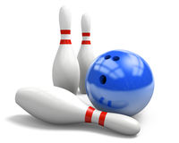 Palla da bowling blu brillante e tre perni su un fondo bianco Immagini Stock