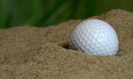 Palla da golf in bunker Fotografia Stock Libera da Diritti