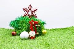 Palla da golf con la decorazione di Natale per la festa del giocatore di golf Immagini Stock Libere da Diritti