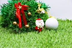 Palla da golf con la decorazione di Natale per la festa del giocatore di golf Fotografie Stock