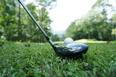 Palla da golf e club di golf nel bello campo da golf con il fondo di tramonto Palla da golf su verde nel campo da golf alla Taila immagine stock libera da diritti