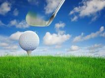 Palla da golf messa su erba verde Fotografia Stock