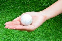 Palla da golf nella mano Fotografia Stock Libera da Diritti