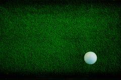 Palla da golf su verde fotografie stock