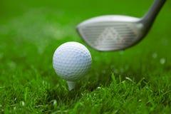 Palla da golf sul T e club sul campo da golf Fotografie Stock