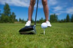 Palla da golf sul T e club di golf sul campo da golf Fotografie Stock Libere da Diritti