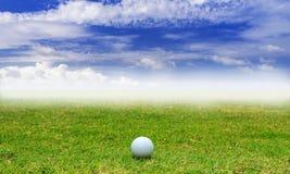 Palla da golf in tratto navigabile sul fondo del cielo blu Fotografia Stock Libera da Diritti