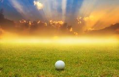 Palla da golf in tratto navigabile sul fondo di alba Fotografia Stock Libera da Diritti