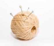 Palla dei fili con i perni di spinta su un fondo bianco Immagini Stock