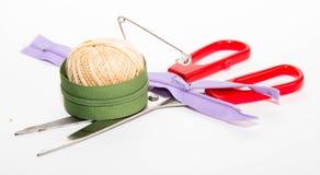 Palla dei fili con il perno di spinta, le forbici rosse e la chiusura lampo due Fotografia Stock Libera da Diritti