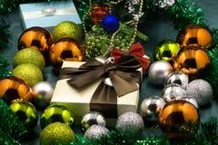 Palla dei giocattoli di Natale sulla tavola fotografia stock libera da diritti