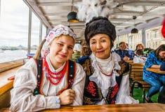 Palla dei partecipanti di festival di nazionalità che guidano su una barca Fotografia Stock