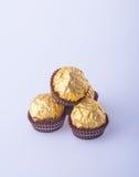 Palla del cioccolato o palla fatta a mano del cioccolato su fondo Fotografia Stock