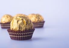 Palla del cioccolato o palla fatta a mano del cioccolato su fondo Immagini Stock Libere da Diritti