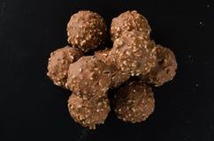 Palla del cioccolato o palla fatta a mano del cioccolato su fondo Fotografie Stock