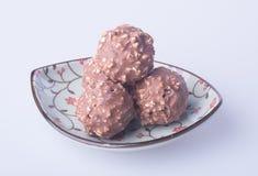 Palla del cioccolato o palla fatta a mano del cioccolato su fondo Immagine Stock