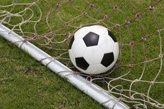 Palla del piede di calcio in rete Immagine Stock Libera da Diritti