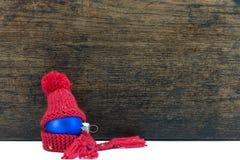 Palla dell'albero di Natale e fondo di legno Immagini Stock Libere da Diritti