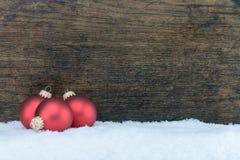 Palla dell'albero di Natale e fondo di legno Fotografie Stock Libere da Diritti