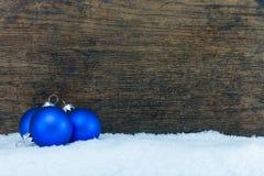 Palla dell'albero di Natale e fondo di legno Fotografie Stock
