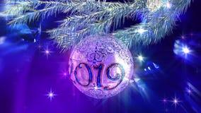 Palla 2019 dell'albero di Natale su un ramo dell'albero di Natale archivi video