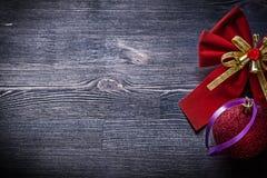 Palla dell'arco di Natale sulle feste del bordo di legno Fotografia Stock Libera da Diritti