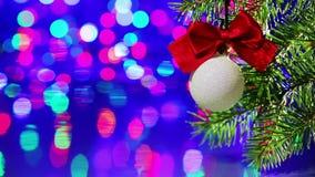 Palla della decorazione dell'albero di Natale con il ramo attillato archivi video