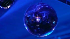 Palla della discoteca che arriva a fiumi il night-club stock footage