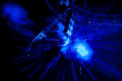 Palla della discoteca con i raggi blu luminosi immagine stock