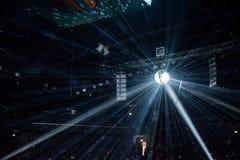 Palla della discoteca, palla dello specchio che appende ad un partito di discoteca Immagine Stock Libera da Diritti