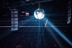 Palla della discoteca, palla dello specchio che appende ad un retro partito Fotografie Stock Libere da Diritti