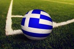Palla della Grecia sulla posizione di scossa d'angolo, fondo del campo di calcio Tema nazionale di calcio su erba verde illustrazione vettoriale