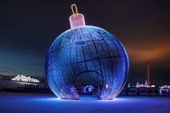 Palla della luce dell'albero del nuovo anno sulla collina di Poklonnaya ad alba Fotografia Stock