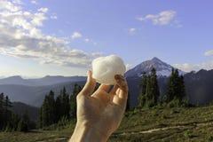Palla della neve sopra le montagne fotografia stock