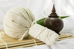 Palla della stazione termale, erbe cofanetto e foglia di erbe sulla stuoia di bambù Fotografie Stock