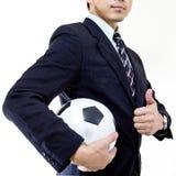 Palla della tenuta del gestore di calcio con le sue mani Fotografie Stock