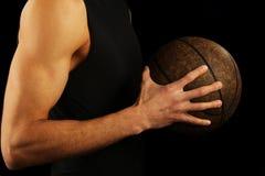 Palla della tenuta del giocatore di pallacanestro Fotografia Stock Libera da Diritti
