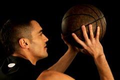 Palla della tenuta del giocatore di pallacanestro Immagini Stock Libere da Diritti