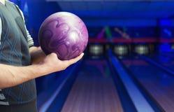 Uomo con palla da bowling Immagini Stock